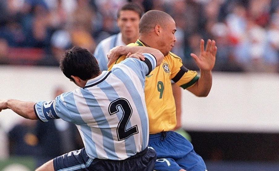 Ronaldo dijo que Roberto Ayala fue el defensor que más le pegó(Fotobaires)