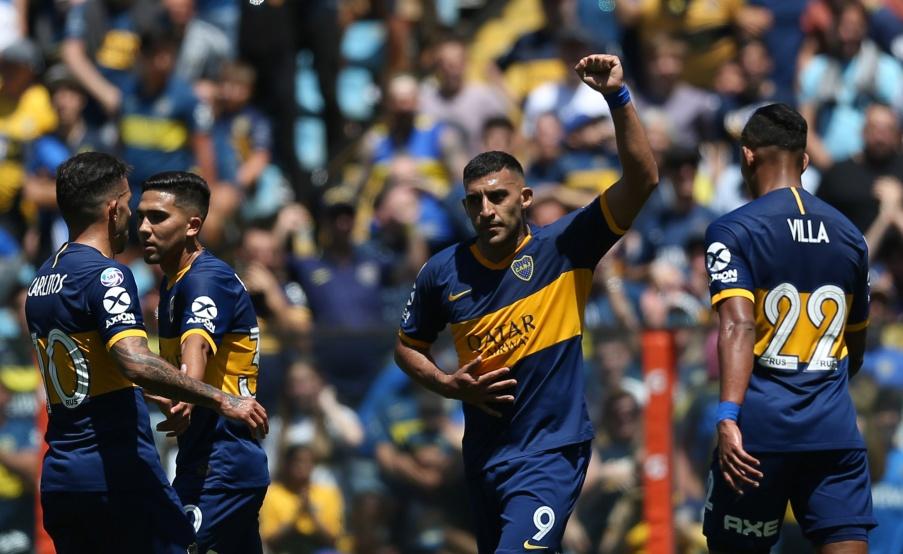 Wanchope Ábila festeja su gol para Boca y recibe el saludo de Tevez(Fotobaires)